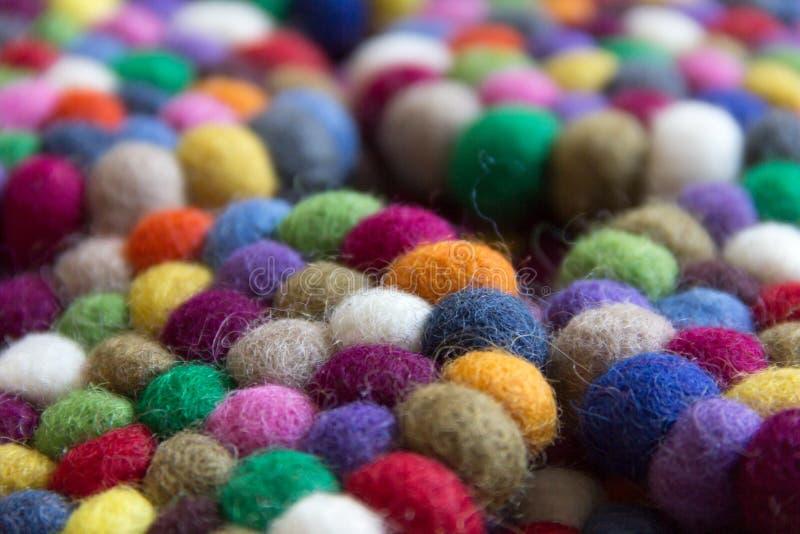 Bunte Bälle der Wolle zusammen gebunden für Hintergrund stockbild