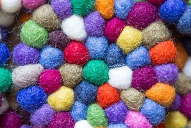 Bunte Bälle der Wolle zusammen gebunden für Hintergrund stockfotografie
