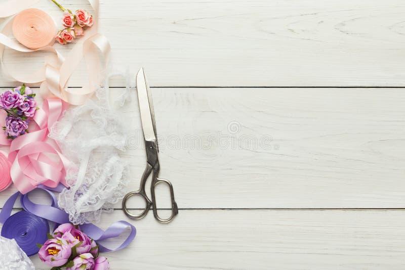 Bunte Bänder und Strumpfband auf Holztisch, Heiratsvorbereitungshintergrund stockbild