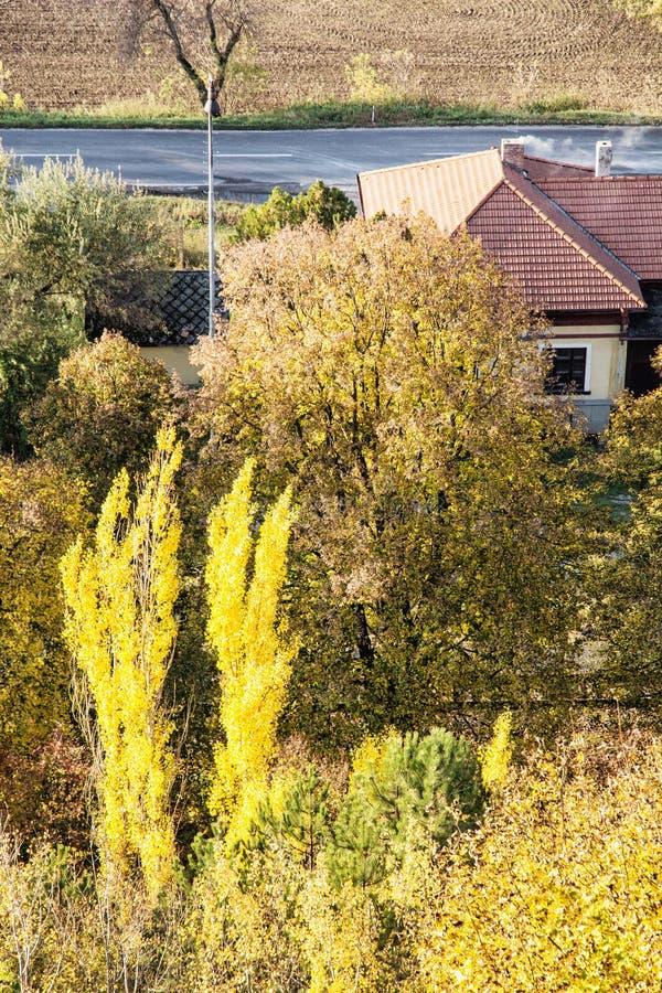 Bunte Bäume des Herbstes und Landhaus lizenzfreie stockfotografie