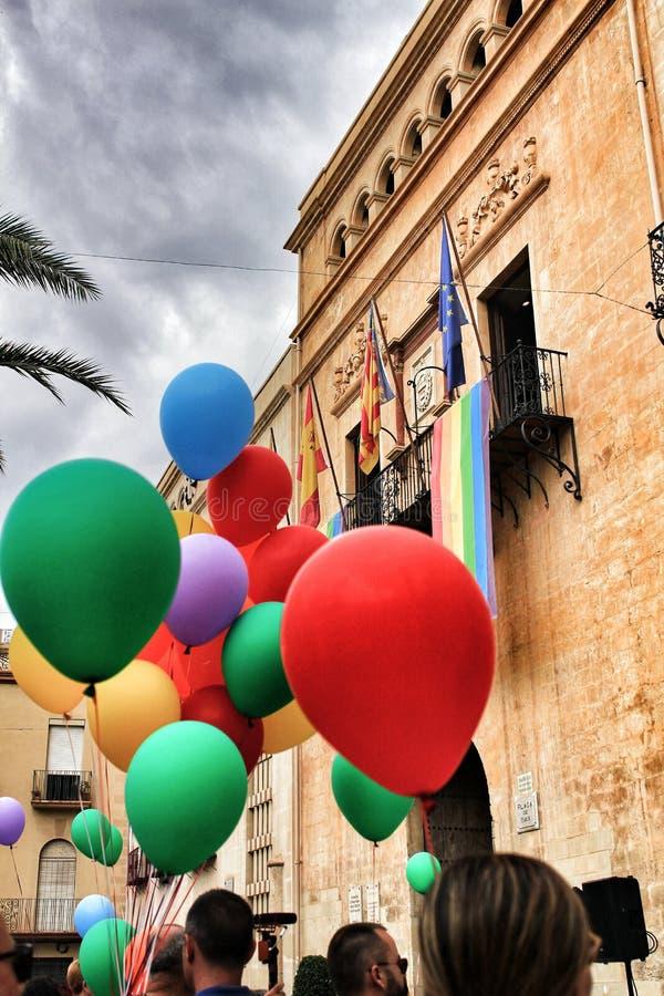 Bunte Ballone, die das Rathaus für homosexuelle Pride Day in Elche verzieren stockfotos