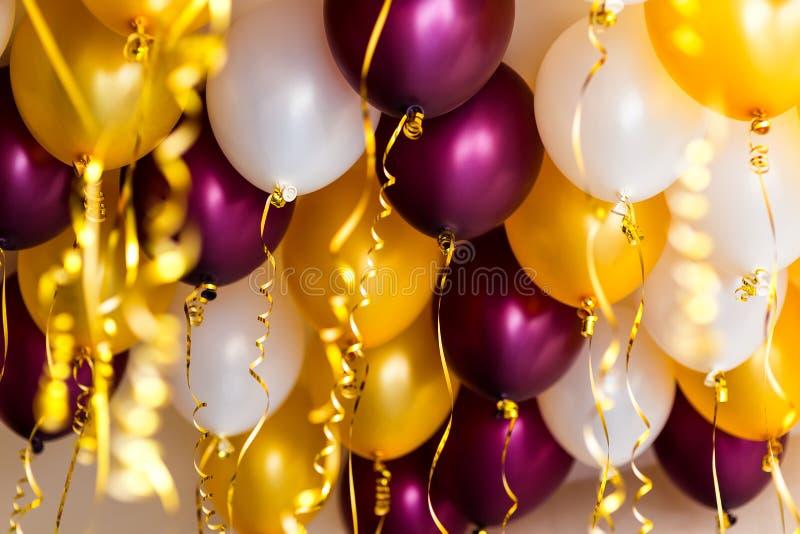 Bunte Ballone, golden, weiß, rot, Ausläufer lizenzfreies stockbild