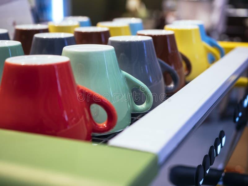 Bunte Becher auf Kaffee-Maschinen-Café-Restaurant lizenzfreies stockfoto