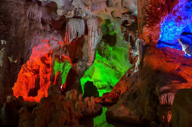 Bunte Beleuchtung in der Höhle in Vietnam stockbild