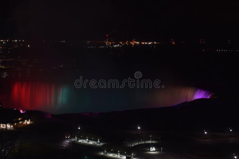 Bunte belichtete Niagara-Wasserfälle nachts in Ontario, Kanada lizenzfreie stockfotos
