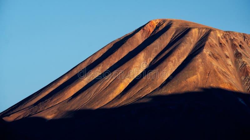 Bunte Bergspitze mit dunklem Kontrast, Kazbegi, Land von Georgia lizenzfreie stockbilder