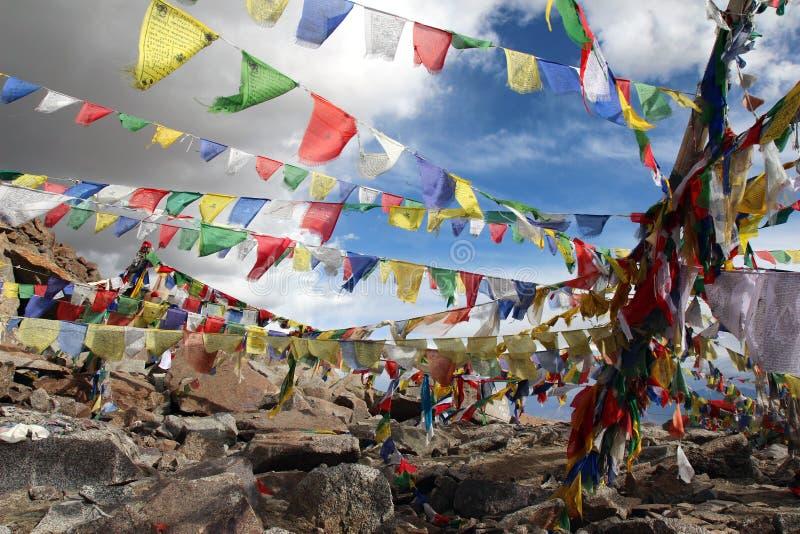 Bunte betende buddhistische Markierungsfahnen unter bewölktem Himmel stockfoto