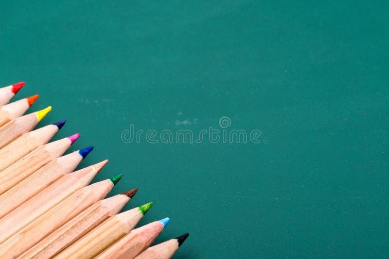 Bunte Bleistifte an Bord lizenzfreie stockbilder