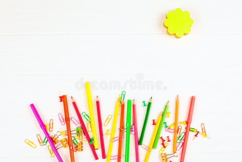 Bunte Bleistifte und Filzstifte, Farbbriefpapier, Büroklammern, Briefpapiernägel auf weißem hölzernem Hintergrund lizenzfreies stockfoto