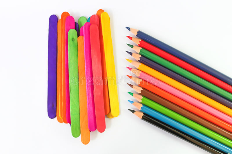 Bunte Bleistiftzeichenstifte über einem weißen Hintergrund lizenzfreie stockbilder