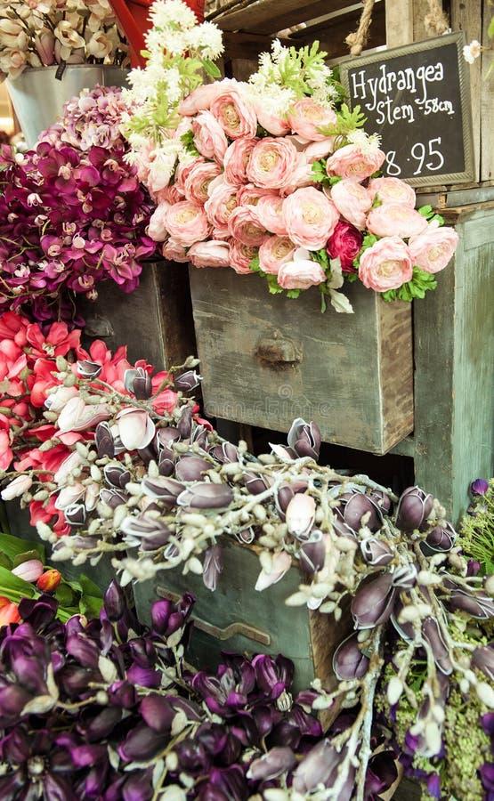 Blumenstrauß auf Weinlesekabinett stockbilder