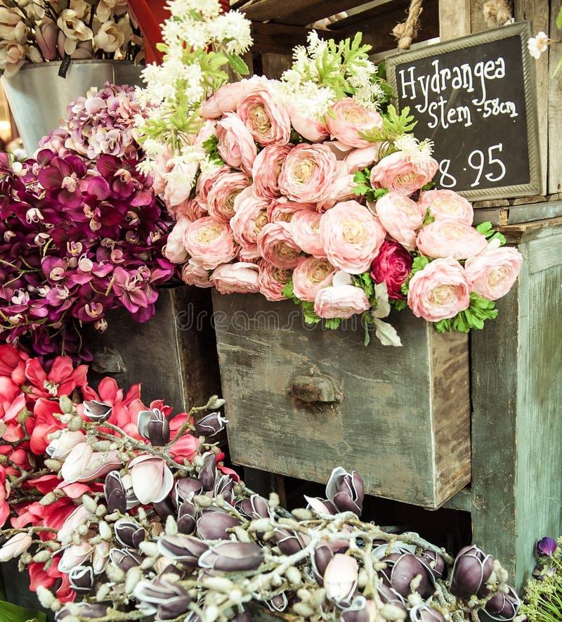 Blumenstrauß auf Weinlesekabinettfach lizenzfreie stockfotos