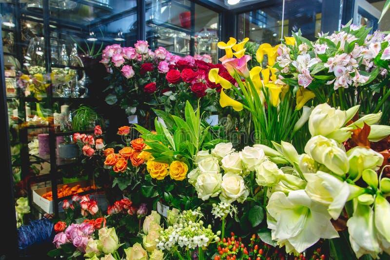 Bunte Blumen am Blumenmarkt lizenzfreie stockfotografie
