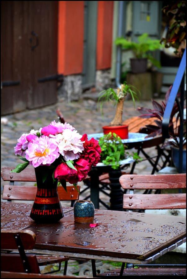 Bunte Blumen an einem regnerischen Tag stockfoto