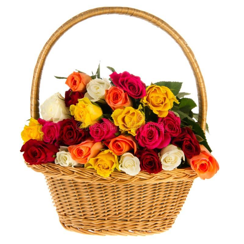 Bunte Blumenstraußrosen im Korb stockbild
