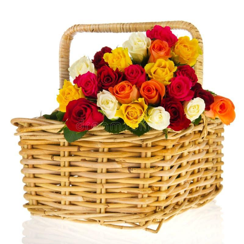Bunte Blumenstraußrosen im Korb stockbilder