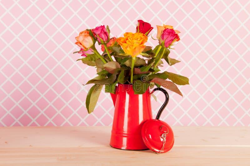 Bunte Blumenstraußrosen und -geschenke stockfoto