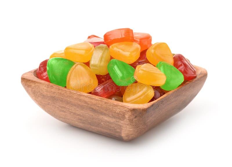 Bunte Bonbons in der hölzernen Schüssel lizenzfreie stockfotos