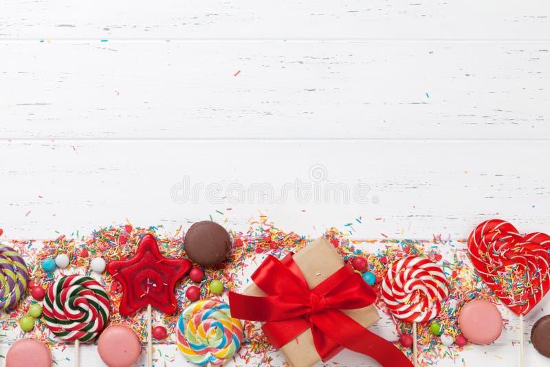 Bunte Bonbons und Geschenkbox stockfotos