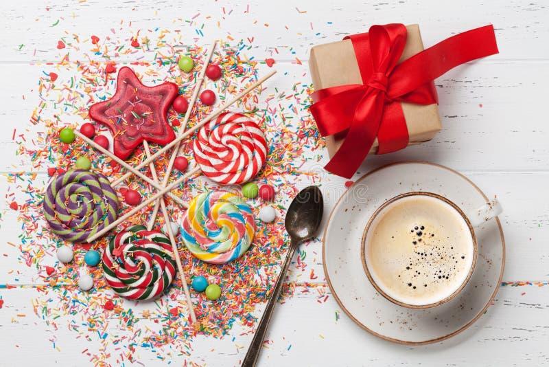 Bunte Bonbons und Geschenkbox lizenzfreie stockfotos