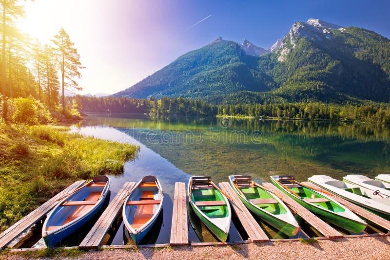 Bunte Boote auf Hintersee See Landschaftssonnenaufgangansicht Berchtesgaden in der alpinen lizenzfreie stockbilder