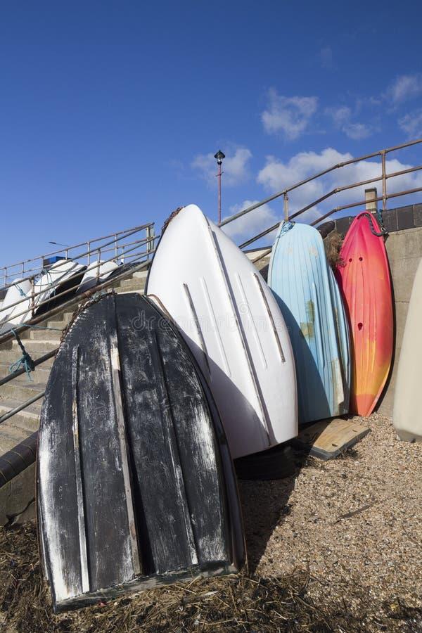 Bunte Boote auf Thorpe Bay Beach, Essex, England stockfoto