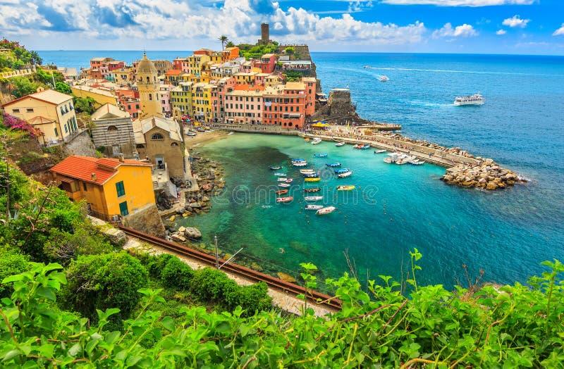 Bunte Boote in der Bucht, Vernazza, Cinque Terre, Italien, Europa lizenzfreies stockfoto