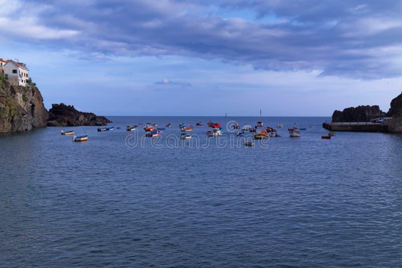 Bunte Boote im Hafen von Camara de Lobos auf Madeira stockbilder