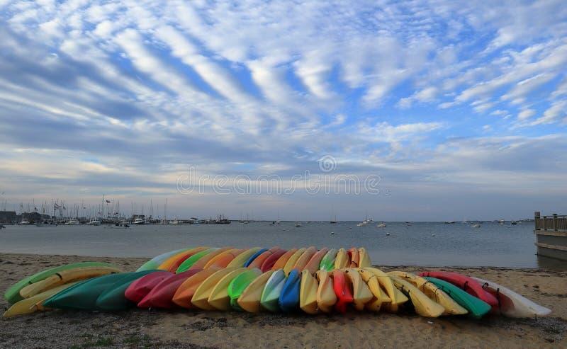 Bunte Boote vor Seeküste auf Nantucket, Massachusetts lizenzfreie stockfotografie