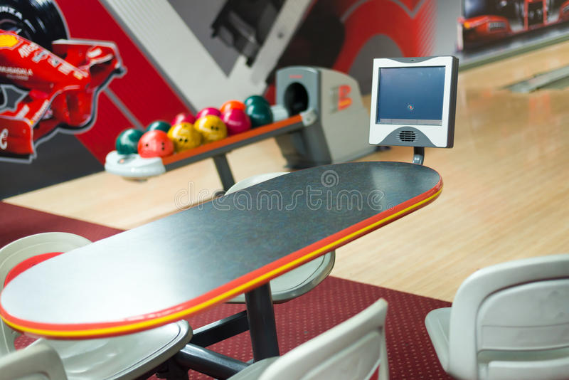 Bunte Bowlingkugeln bei Tisch lizenzfreies stockfoto