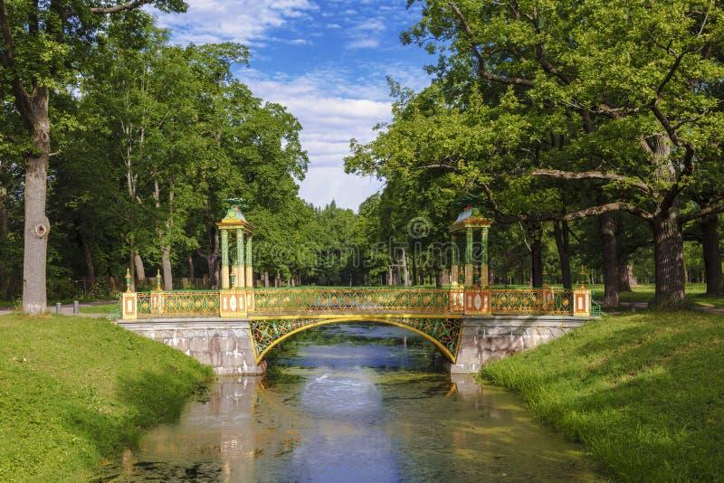 Bunte Brücke in der chinesischen Art in Alexander Park von Tsarskoye Selo stockfotos