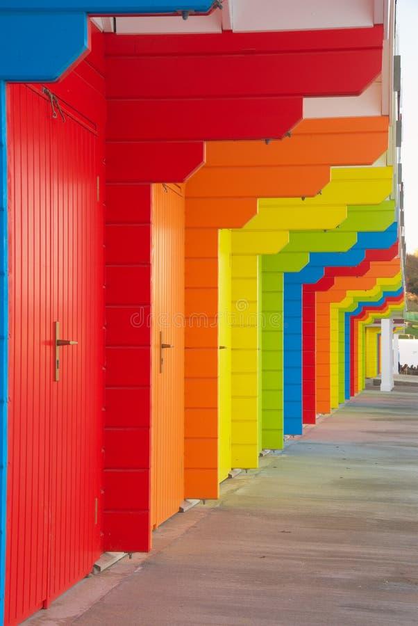 Bunte britische Strandhütten stockbilder