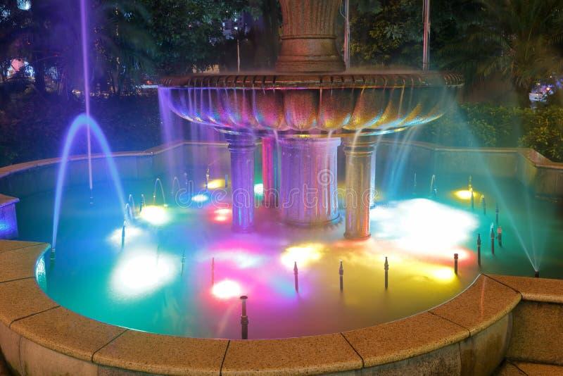 Bunte Brunnen nachts lizenzfreie stockfotografie