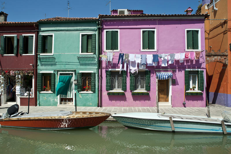 Bunte Burano Italien Kanalreflexionen lizenzfreie stockfotos