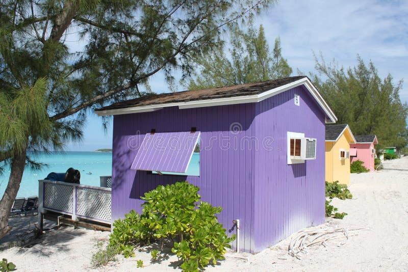 Bunte Cabanas auf tropischem Strand lizenzfreies stockfoto