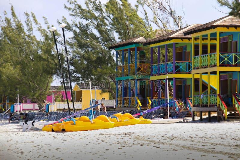 Bunte Cabanas auf tropischem Strand stockfoto