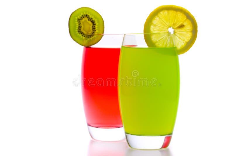 Bunte Cocktails mit der Frucht getrennt auf Weiß stockfotos