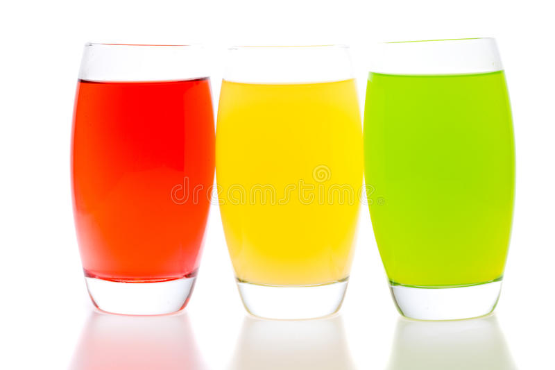 Bunte Cocktails mit der Frucht getrennt auf Weiß lizenzfreie stockfotos