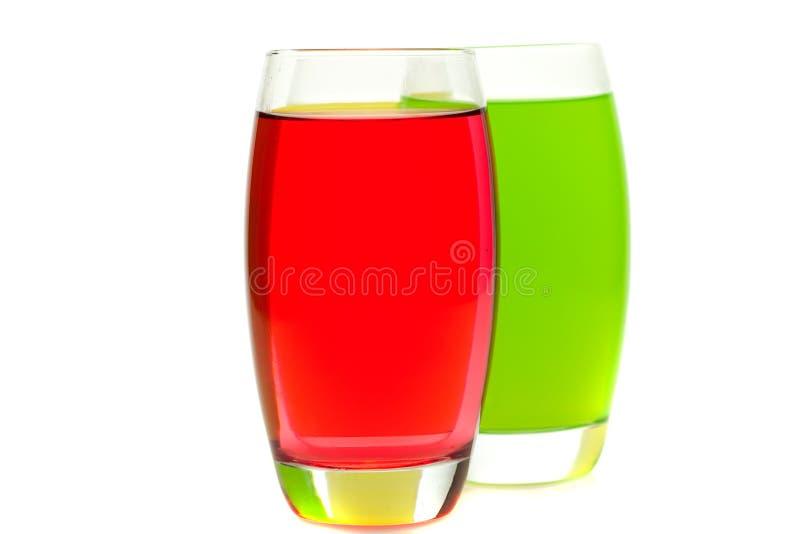 Bunte Cocktails mit der Frucht getrennt auf Weiß stockfoto