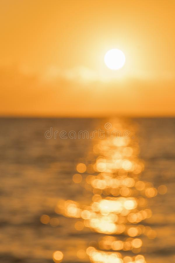 Bunte D?mmerung ?ber dem Meer, Sonnenuntergang Sch?ner magischer Sonnenuntergang ?ber dem Meer blurry Vertikales Foto blurry lizenzfreie stockfotos