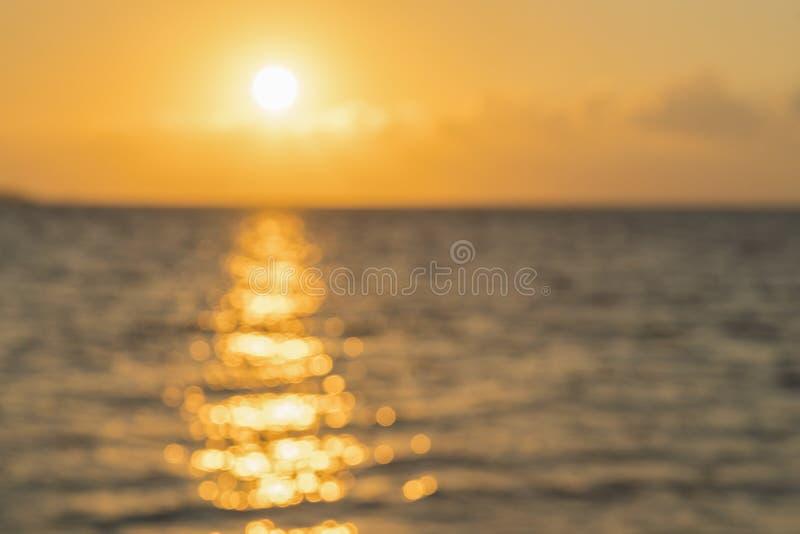 Bunte D?mmerung ?ber dem Meer, Sonnenuntergang Sch?ner magischer Sonnenuntergang ?ber dem Meer Sch?ner Sonnenuntergang ?ber dem O stockbilder