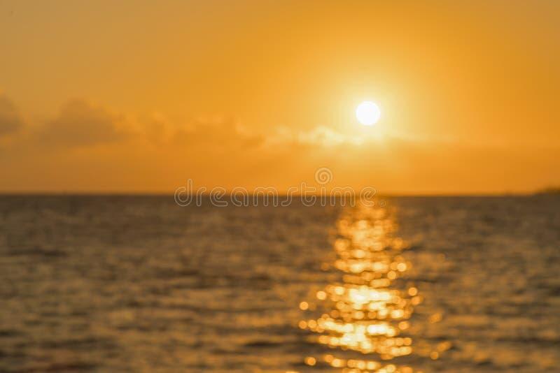 Bunte D?mmerung ?ber dem Meer, Sonnenuntergang Sch?ner magischer Sonnenuntergang ?ber dem Meer Sch?ner Sonnenuntergang ?ber dem O lizenzfreie stockbilder