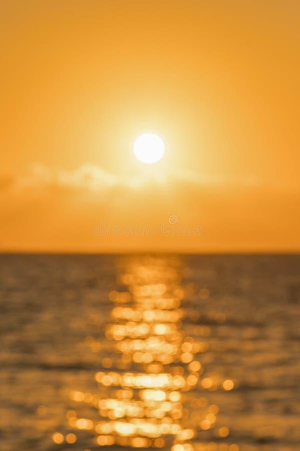 Bunte D?mmerung ?ber dem Meer, Sonnenuntergang Sch?ner magischer Sonnenuntergang ?ber dem Meer Sch?ner Sonnenuntergang ?ber dem O stockfotos