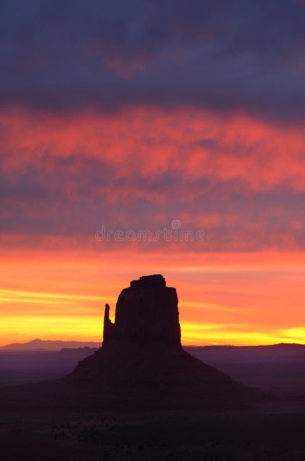 Bunte Dawn Skies East Mitten Butte, Monument-Tal lizenzfreies stockbild