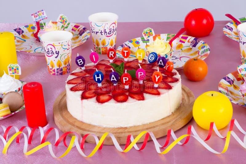 Bunte Dekoration der Geburtstagsfeiertabelle mit Kuchen und Bonbons für Kind lizenzfreie stockfotos