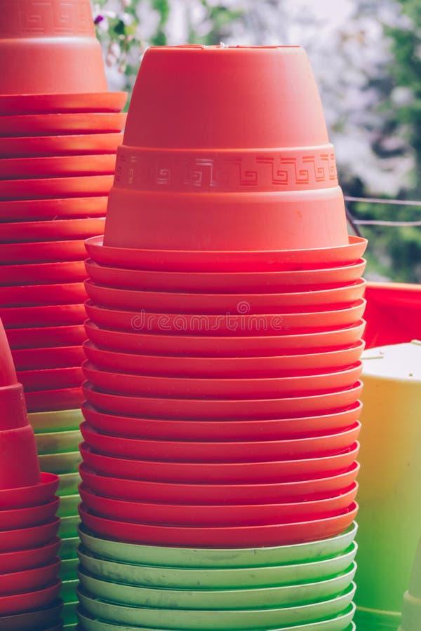 Bunte dekorative Plastikblumentöpfe lizenzfreies stockfoto