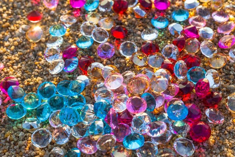 Bunte Diamanten auf dem Strand stockfoto