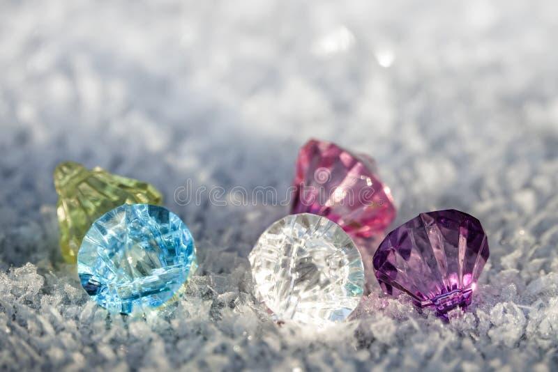 Bunte Diamanten und gefrorene Kristalle auf Frost stockfoto