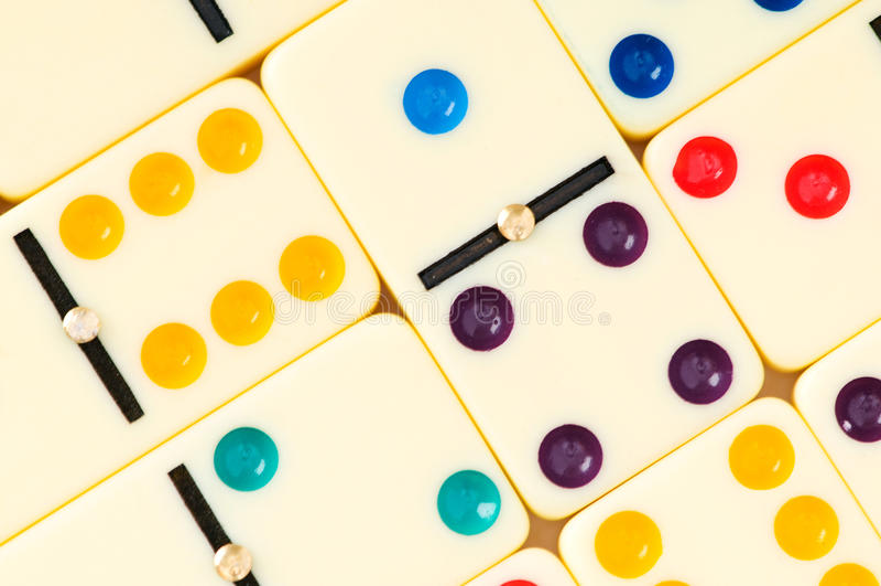 Bunte Dominos angeordnet lizenzfreies stockbild