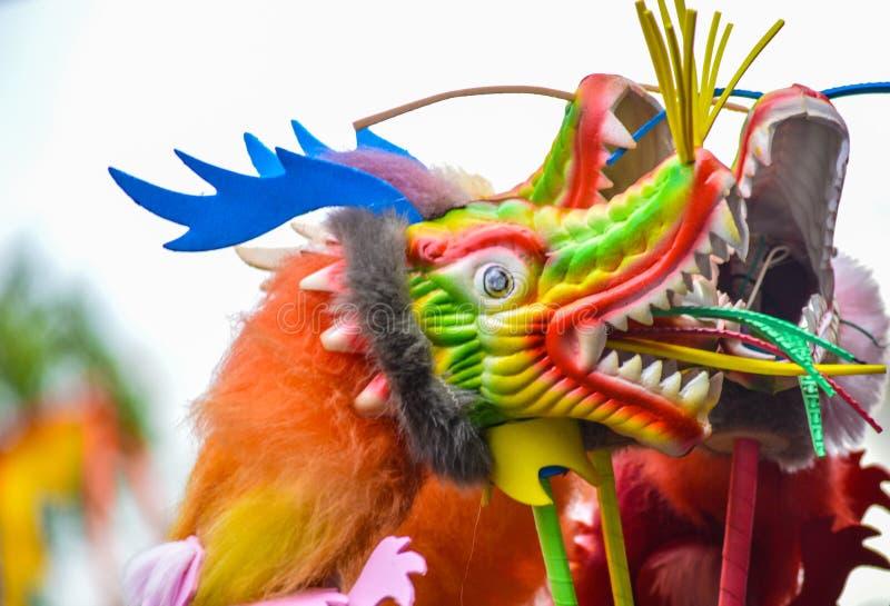 Bunte Drachespielwaren an der chinesischen Feier des neuen Jahres lizenzfreie stockfotos